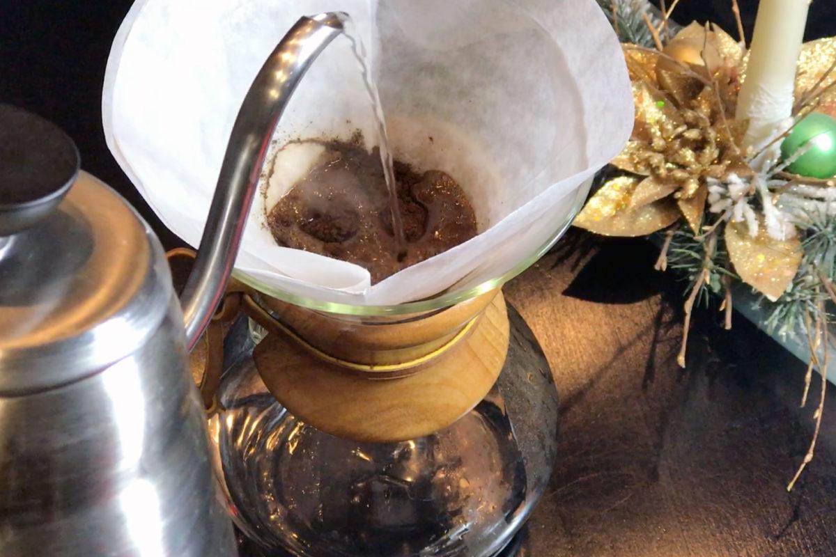 Príprava kávy s chemexom
