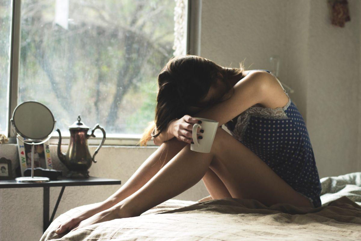 Dievca so zlomenym srdcom a kavou